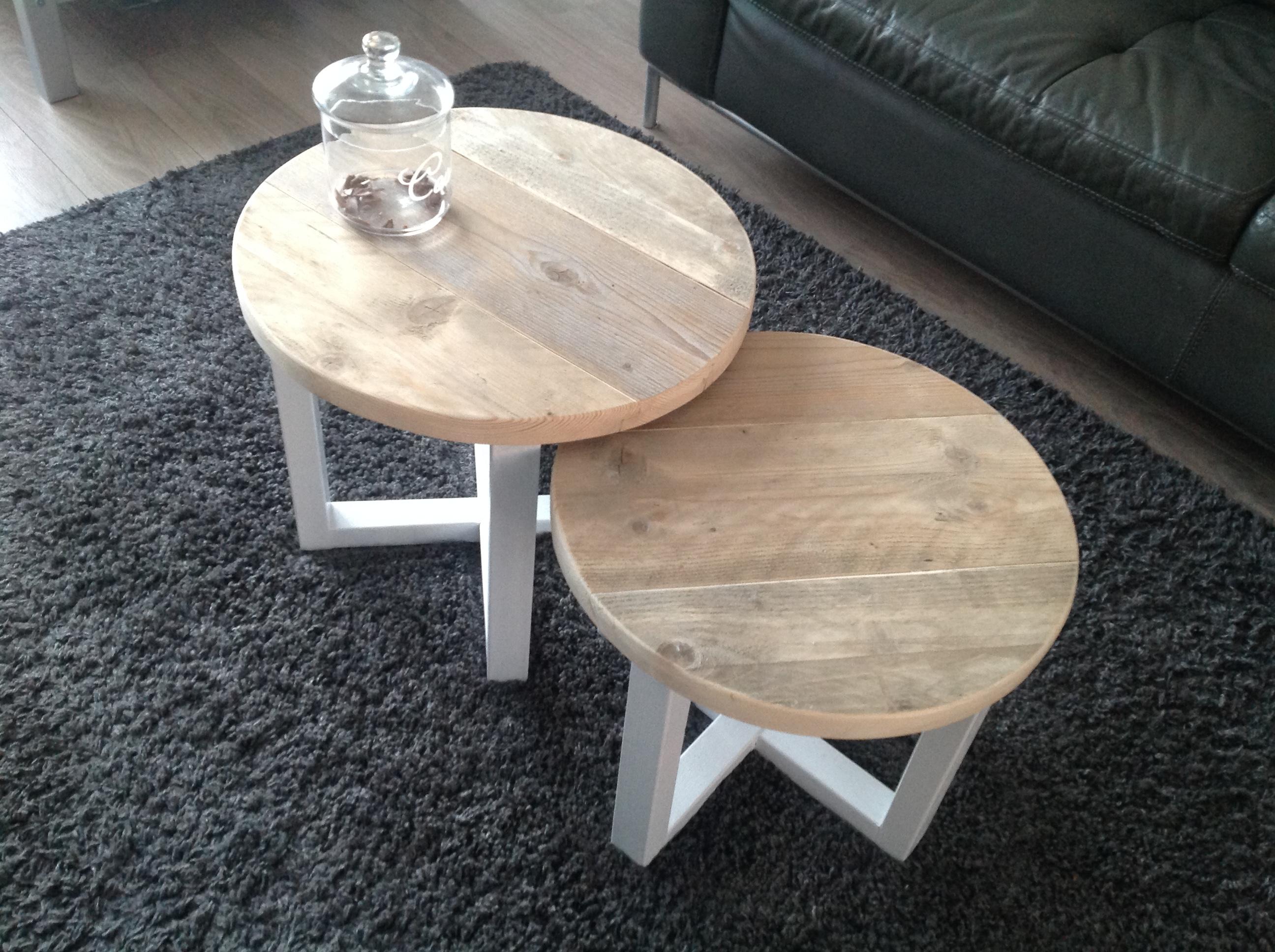 2 tafeltjes met wit onderstel