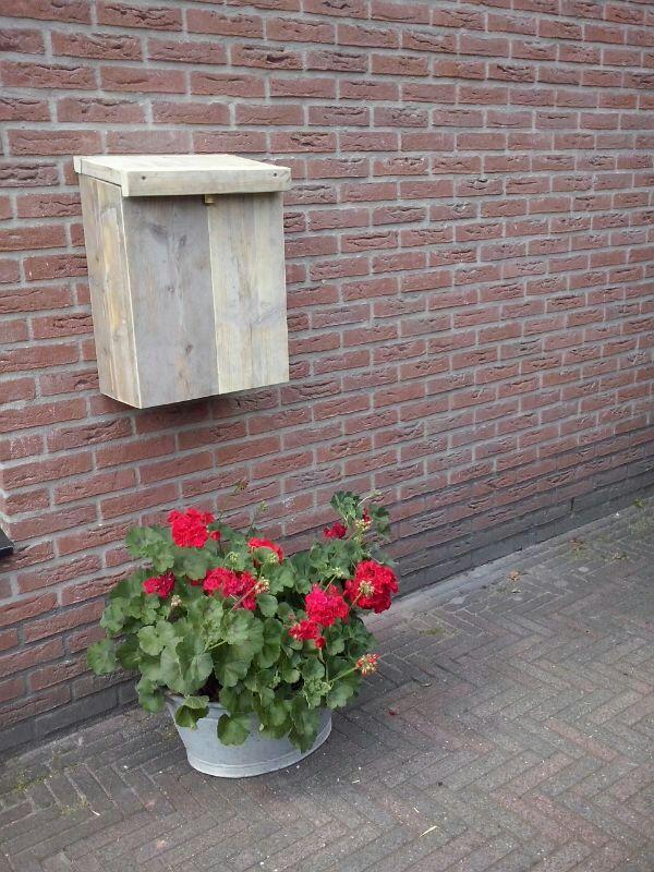 brievenbus van oud steigerhout