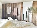 wand in de slaapkamer met planken van oud steigerhout