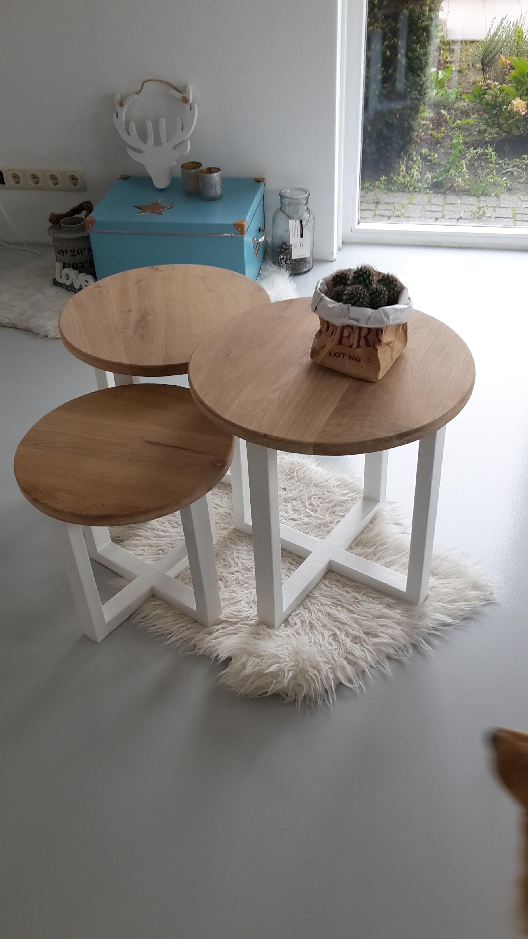 ronde tafeltjes van eikenhout