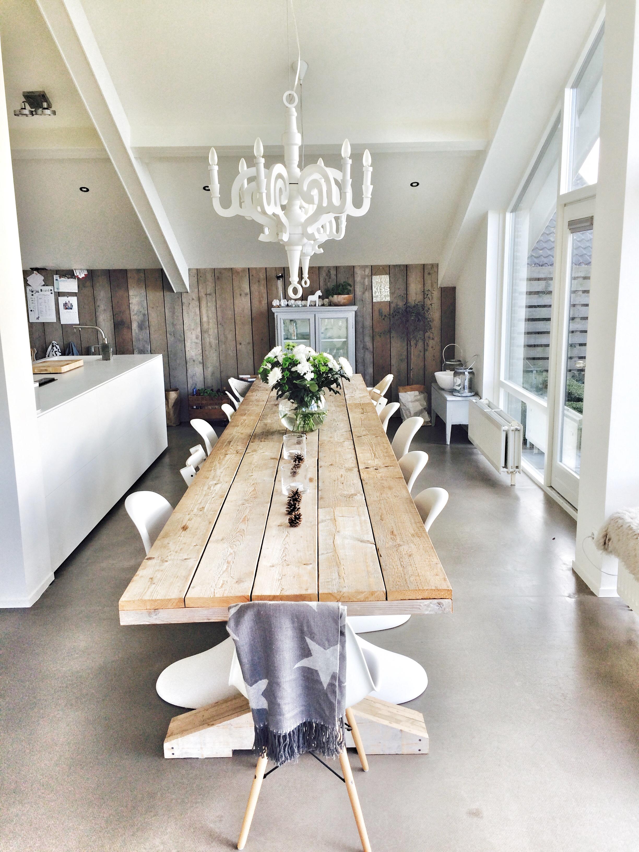 tafel van bijna 5 meter lang, gemaakt van oud steigerhout