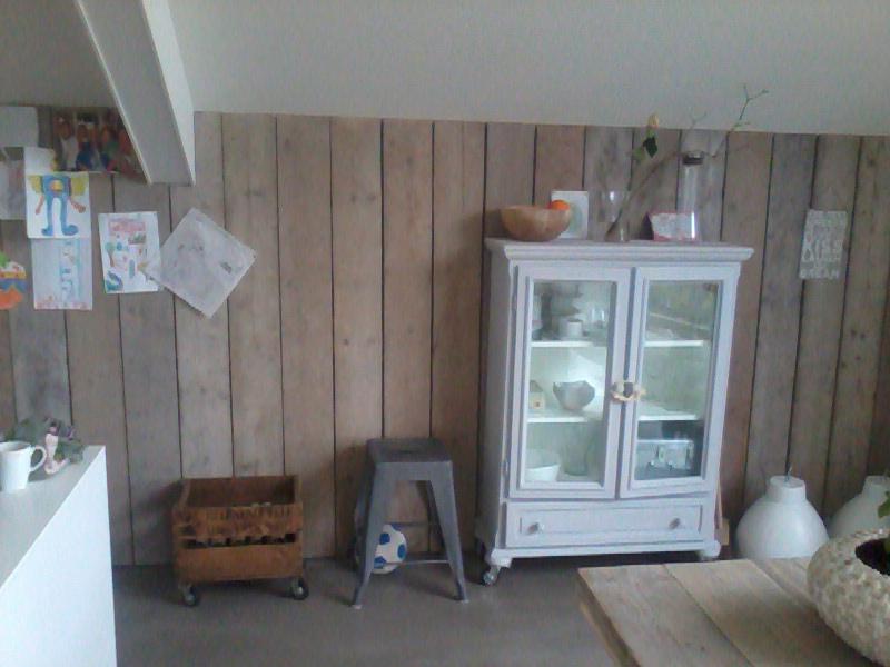 Wand van oud Steigerhout in keuken
