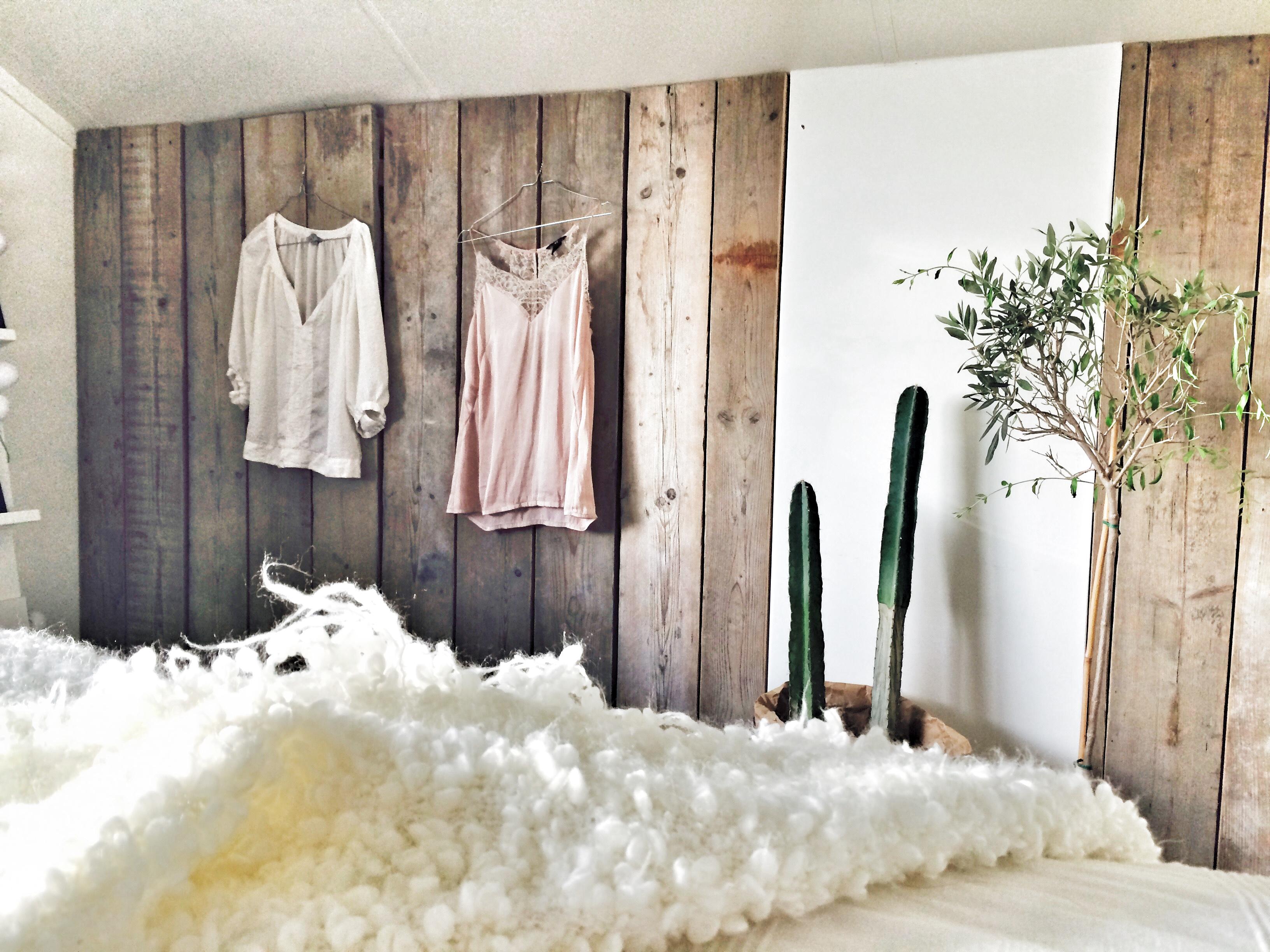 Wand van oud Steigerhout in slaapkamer