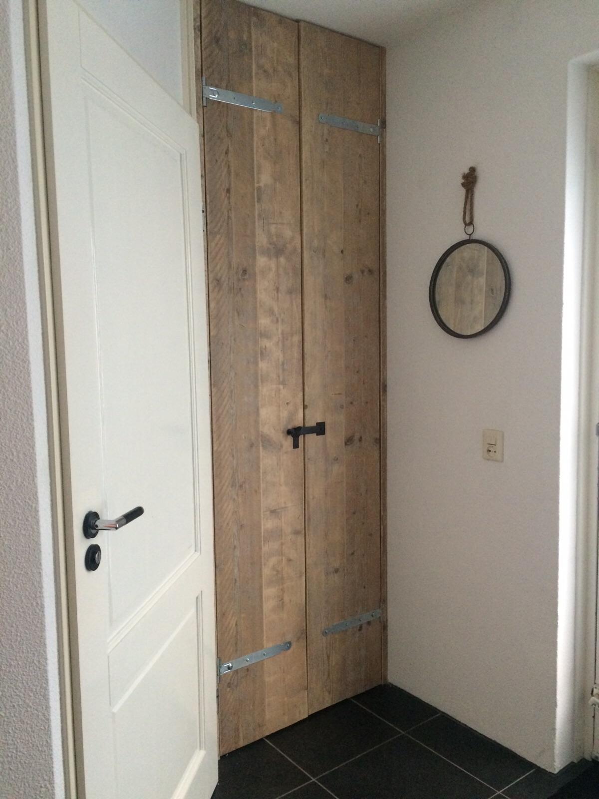 nieuwe deur in meterkast van oud steigerhout